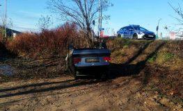 Mieszkaniec Piekar Śląskich stracił panowanie nad kierownicą, uderzył w skrzynkę energetyczną, a następnie stoczył się ze skarpy. Po wszystkim postanowił uciec z miejsca zdarzenia | fot. Policja Śląska