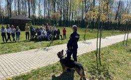 Policjanci na koniach i przewodnicy z psami odwiedzili dzieci z domu dziecka